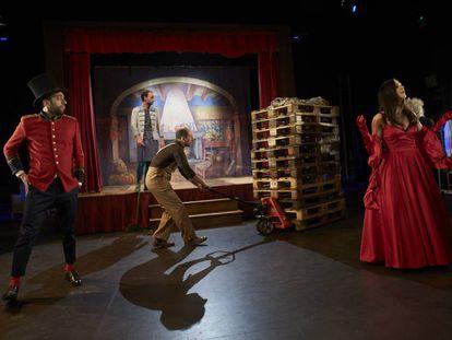 Instante de 'La desaparició de Wendy', en la que una compañía de actores intenta representar un montaje sobre Peter Pan.