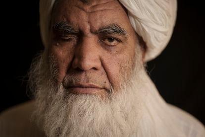 El líder taliban Nooruddin Turabi posa en una entrevista, este miércoles en Kabul.