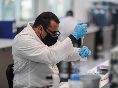Un investigador de un laboratorio elegido por AstraZeneca para la producción en Latinoamérica de la vacuna contra la covid-19, este jueves en Buenos Aires.