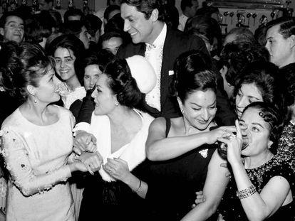 Una foto histórica: cuatro de las más populares folclóricas españolas juntas. Lola Flores, la segunda por la derecha, celebra el bautizo de su hija Rosario dando de beber a Estrellita Castro. La acompañan, de izquierda a derecha, Carmen Sevilla y Paquita Rico. De pie, hablando con Carmen Sevilla, Antonio el Bailarín. Fue en Madrid, en 1963.