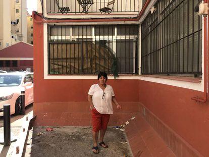 Celia Cruz, la vecina que alertó a la policía sobre la muerte de su vecino, en la ventana de la vivienda por la que accedió la policía.