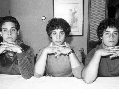 Pie de Foto: Desde la izquierda, Robert Shafran, David Kellman y Eddy Galland, el 28 de septiembre de 1980, en Nueva York. (Getty Images/ Richard Lee/ New York Daily News Archive. Vídeo: tráiler de 'Tres idénticos desconocidos'.