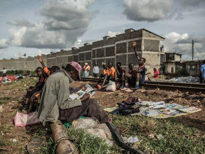 Kibera, el asentamiento informal más grande de África, está situado en Nairobi, capital de Kenia, y en él se estima que viven alrededor de un millón de personas en situación precaria y sin acceso a los servicios más básicos como agua, electricidad o saneamiento.