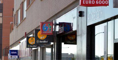 Sucursales bancarias en una calle madrileña.