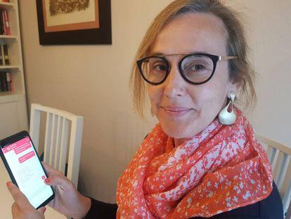Magda Ramos, usuaria de Savia, usa la aplicación de salud digital desde su casa.