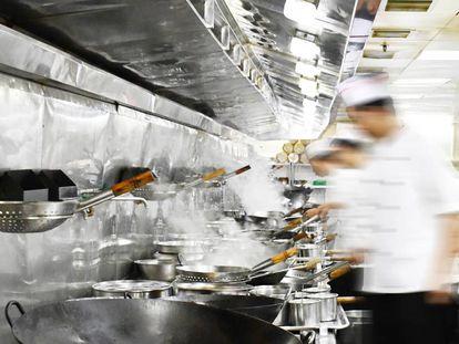 Trabajadores ocupados en una cocina.