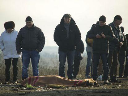 Amigos y familiares de la víctima de una mina, este miércoles, en Donetsk, Ucrania.