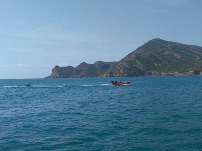 Fotografía facilitada por Cruz Roja de la patera encontrada cerca de la costa de Altea.