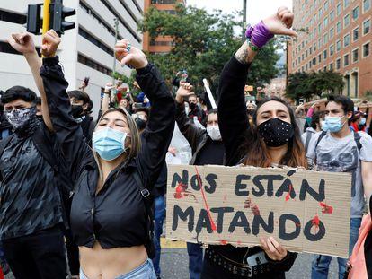 Un grupo de jóvenes protesta en el norte de Bogotá contra el Gobierno de Iván Duque, este martes.
