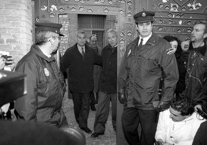 Rafael Vera y José Barrionuevo salen de la cárcel en 1998.