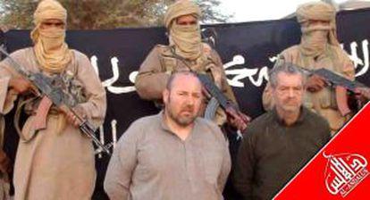 Dos rehenes en una imagen facilitada por la rama magrebí de Al Qaeda.