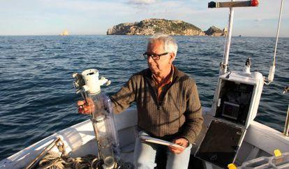 Josep Pascual, observador meteorológico del Cap de Creus, toma la temperatura del agua frente a las Illes Medes.