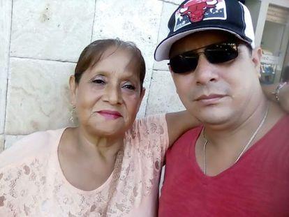 Víctor Hugo Rosado  junto a su madre Juana Susana Cruz.