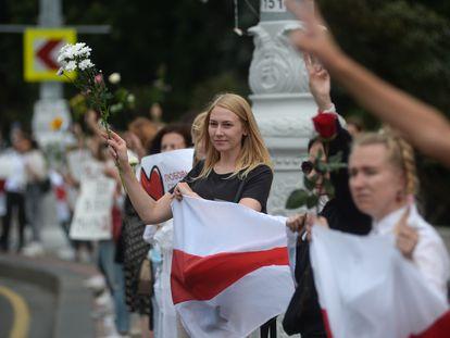 Una manifestante protesta contra la brutalidad policial y los resultados electorales en Minsk, Bielorrusia, este jueves.