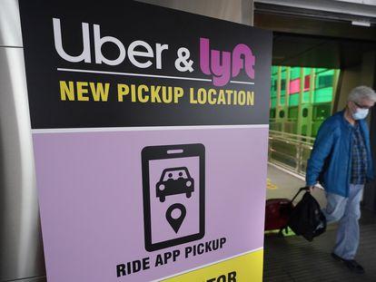 Un cartel de Uber y Lyft en el aeropuerto de Boston.
