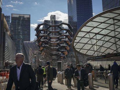 Usuarios del metro salen de la estación de Hudson Yards
