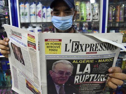 Un hombre sostiene un periódico con la foto del ministro de Exteriores, Ramtane Lamamram, en portada, el 25 de agosto, tras la ruptura de las relaciones diplomáticas con Marruecos.