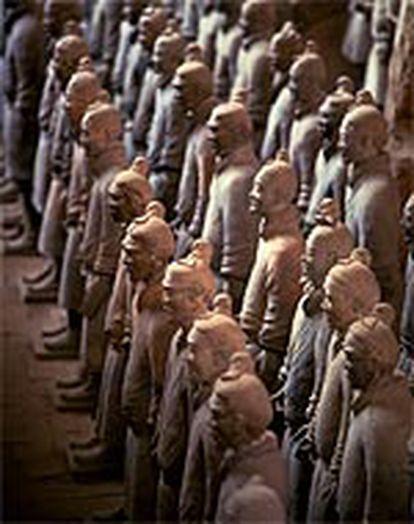 Los arqueros (del siglo III antes de Cristo),  cada uno con un rostro y peinado diferentes, se sitúan en posición de combate.
