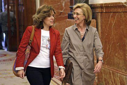 Soraya Sáenz de Santamaría (PP) y Rosa Díez (UPyD), en un pasillo junto al hemiciclo del Congreso.