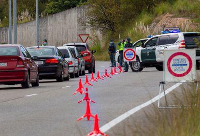 Una patrulla de la Guardia Civil realiza un control en los accesos a un centro comercial en el concejo asturiano de Siero, este sábado.