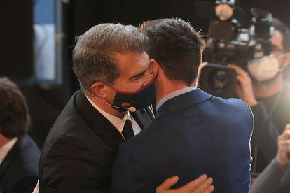 Laporta abraza a Messi en el acto en el que tomó posesión como presidente el Barcelona.