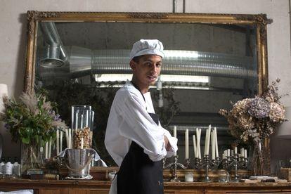 Hamza Baghrir posa en el restaurante Ovillo, en Madrid, donde se prepara para ser cocinero.