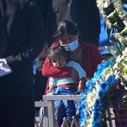 Familiares lloran junto a los ataúdes de los migrantes a su llegada a la base de la Fuerza Aérea en Ciudad de Guatemala, este viernes.