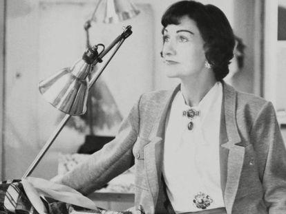 Coco Chanel, en su estudio de diseño, en una foto realizada en los años cincuenta.