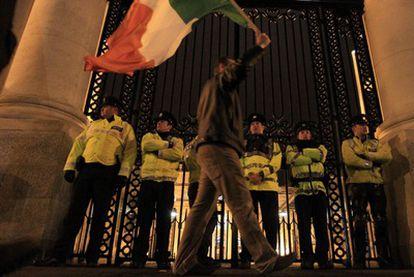 Un hombre protesta por el plan de austeridad del Gobierno irlandés en las puertas del Ministerio de Finanzas del país.