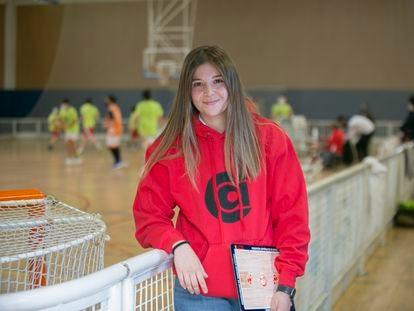 Eva Sanz Gómez, entrenadora, durante el calentamiento de su equipo.