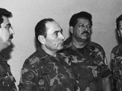 Inocente Montano, tercero desde la izquierda, en una imagen de julio de 1989, junto a otros altos cargos del Ejército salvadoreño.