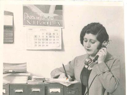 Josefina Carabias toma notas al teléfono en 1931.