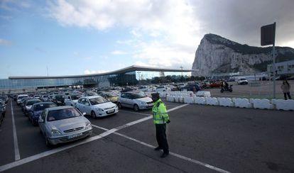 Colas de vehículos para salir de Gibraltar.