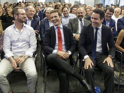 Pablo Casado, entre Javier Maroto y Teodoro García Egea, este martes en la Junta Directiva Nacional del PP. En vídeo, Casado renueva cúpula y le cierra a Sánchez todas las puertas.