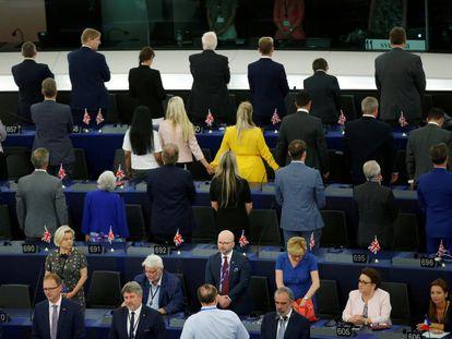 Los eurodiputados del Partido del Brexit se ponen de espaldas al sonar el himno europeo, durante la primera sesión plenaria del Parlamento Europeo en Estrasburgo (Francia) tras las elecciones de mayo de 2019.