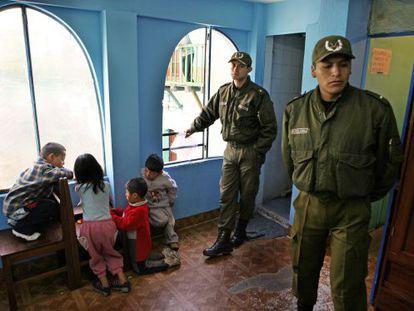 Un par de guardias custodian la zona donde juegan unos niños en la cárcel de San Pedro, en La Paz.