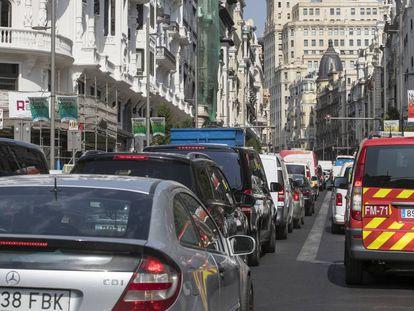 Atasco en Gran Vía en el primer día sin multas en Madrid Central.