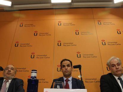 Javier Ramos López (centro), rector de URJC, al director del máster, Enrique Álvarez Conde (izquierda), y el profesor de la asignatura, Pablo Chico de la Cámara (derecha).