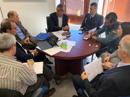 La reunion mantenida por todos los participantes en el operativo de rescate del Rúa de Mar.