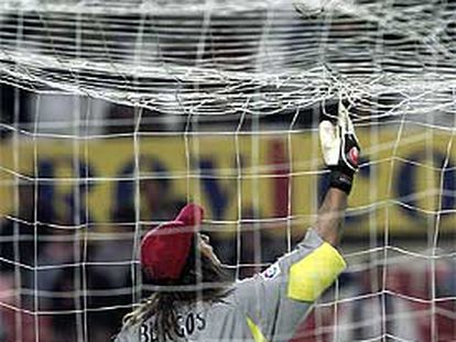 Burgos se dispone a recoger el balón, caído sobre su red.