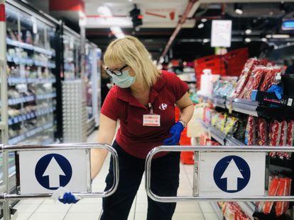 Una trabajadora desinfecta un supermercado en marzo de 2020.