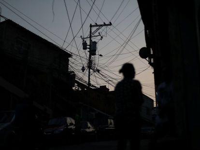 Una red de cableado eléctrico en un barrio de Caracas (Venezuela) durante un apagón.