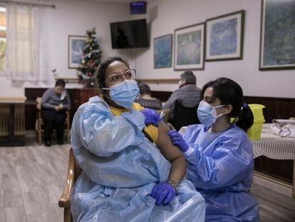 Vacunación contra la covid a residentes y trabajadores de la residencia geriátrica Gravi, en Polinyà (Barcelona), este jueves.