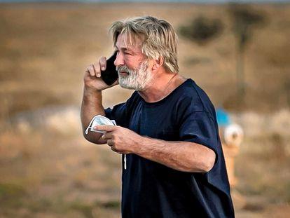 Alec Baldwin conversa por el móvil frente a la oficina del 'sheriff' del condado de Santa Fe (Nuevo México).
