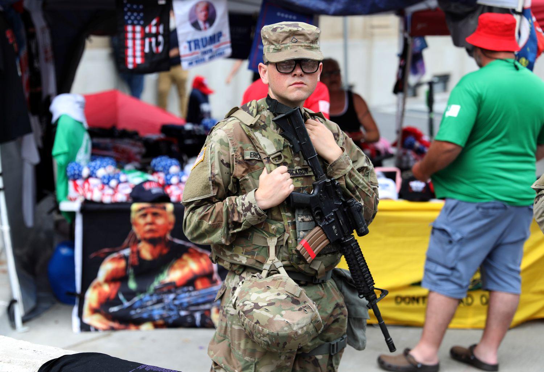 Un soldado de la Guardia Nacional, ayer en el mitin de Donald Trump en Tulsa.