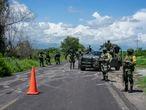 Un grupo de militares en un puesto de control en la carretera entre Apatzingán y Aguililla, en Michoacán, disputada entre Cárteles Unidos y el Cartel Jalisco Nueva Generación, el 8 de julio de 2021.