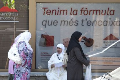 Mujeres con velo en Vic (Barcelona), ciudad que tiene un 26% de población inmigrante.