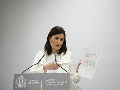 La ministra de Sanidad, Carmen Montón, eneña un documento relacionado con su máster bajo sospecha.