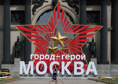 Una mujer camina frente a un panel conmemorativo de la victoria del Ejército Rojo sobre la Alemania nazi, este jueves en Moscú.