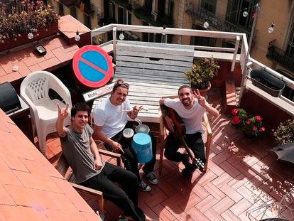 Stay Homas en su balcón.